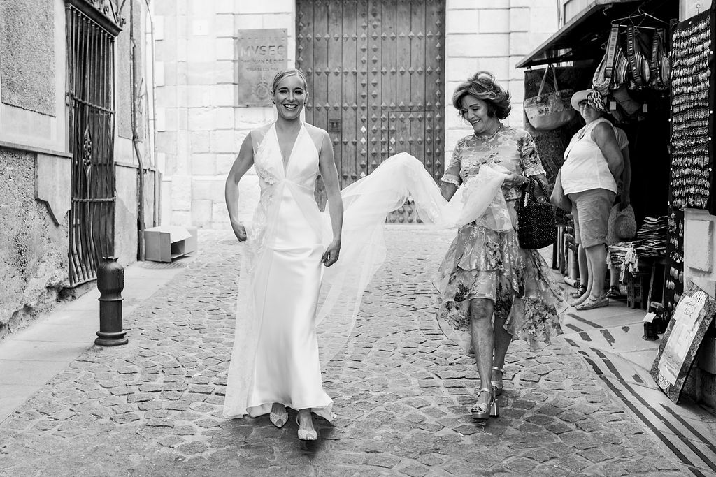 The bride on her way with her mum - Wedding Planner, Granada, Spain
